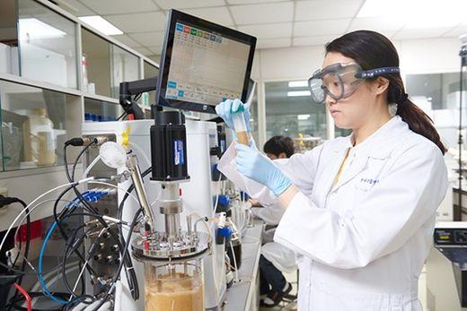 (사진) 실험 중인 한미약품 연구원. /한미약품 제공