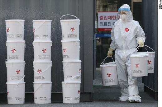 코로나19 의료 폐기물 처리 모습. / 연합 뉴스