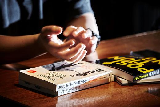 정주영 작가는 난독증을 극복하고 베스트셀러 작가가 될 수 있었던 자신의 경험담을 책에 담았다.사진은 정주영 작가에게 영향을 미친 세 권의 책.