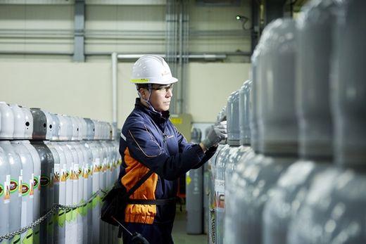 (사진) SK머티리얼즈 직원이 경북 영주 공장에서 가스보관용 장비를 살펴보고 있다. /SK머티리얼즈 제공