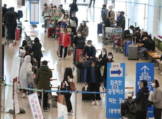 지난 4월 인천공항 입국장이 붐비고 있다./한국경제신문