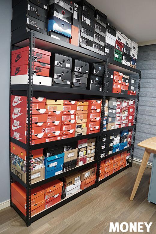 곽지원 씨가 모은 모든 신발이 진열돼 있는 운동화 방.