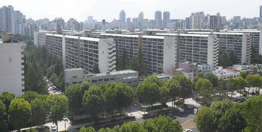 정부가 21번째 부동산 규제 정책을 발표한 6월 17일 서울 대치동 은마아파트의 모습. 일부 은마아파트를 보유한 사람들은 2년 이상 실거주한 조합원에 한해 분양 신청을 허용하도록 한 재건축 규제