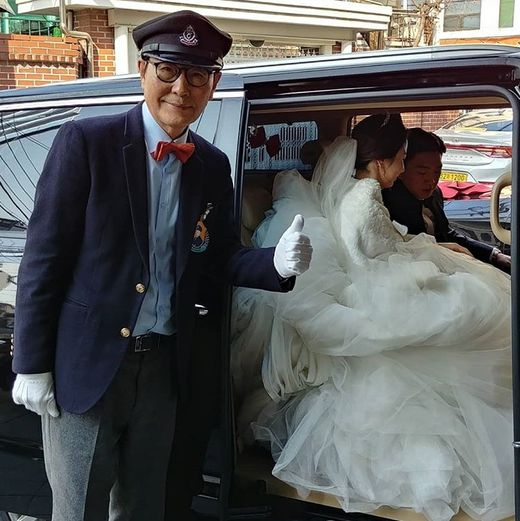 신랑신부 의전 중인 노경환 대표 모습. (사진 출처=웨딩쇼퍼 공식 인스타그램)