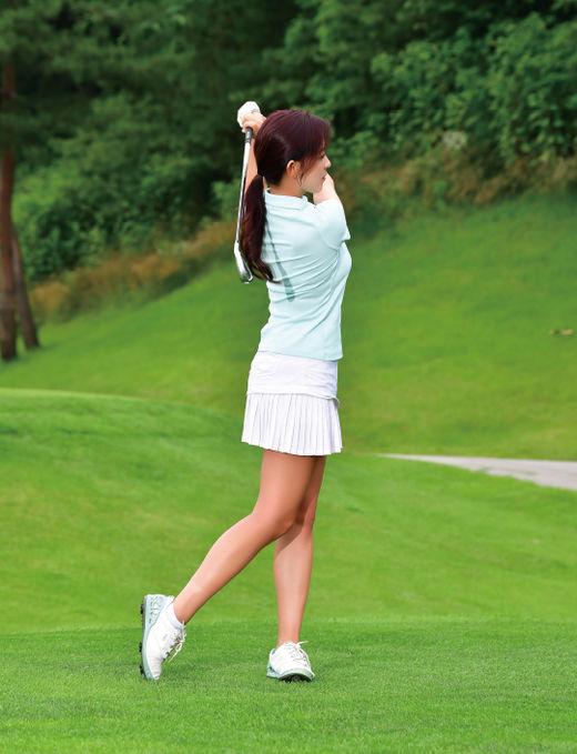 [신나송의 골프 레슨] 오른쪽 어깨를 남겨 놓은 상태에서 클럽을 넘겨라