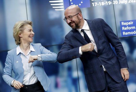 (사진) 우르줄라 폰 데어 라이엔(왼쪽) 유럽연합(EU) 집행위원장과 샤를 미셸 EU 정상회의  상임의장이 7월 21일 벨기에 브뤼셀에서 열린 EU 정상회의에서 기자회견을 마치고 팔꿈치 인사를 하고 있다. /AP연합뉴스