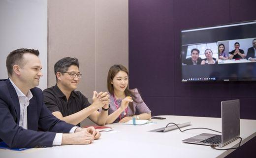 (사진) 고객사와 화상 회의하는 삼성바이오로직스 직원들. /삼성바이오로직스 제공