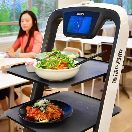 메리고키친에서 자율주행 서빙 로봇 딜리플레이트가 음식을 서빙하고 있다. /이승재 기자
