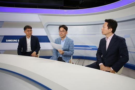 (사진) 오현석(가운데) 삼성증권 리서치센터장과 애널리스트들이 투자 설명회 형식을 도입한 유튜브 콘텐츠 '삼성증권 라이브'를 진행하고 있다. /삼성증권 제공