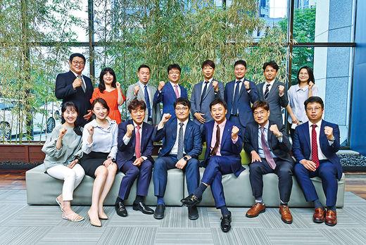 최종훈(앞줄 오른쪽 셋째) 하나금융투자 법인영업실장과 직원들이 기념 촬영을 하고 있다.