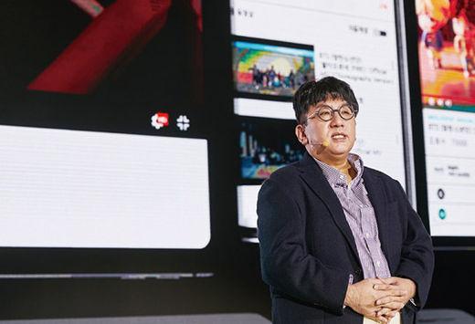 방시혁 빅히트엔터테인먼트 대표가 서울 동대문디자인플라자에서 2월 4일 열린 사업 설명회에서 올해 주요 사업 계획을 설명하고 있다./ 빅히트엔터테인먼트 제공