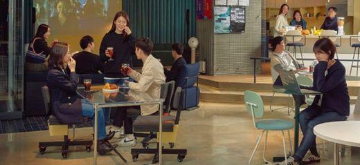 코리빙 하우스 에피소드 성수 101의 커뮤니티 공간에서 입주자들이 교류하고 있다. /SK D&D 제공
