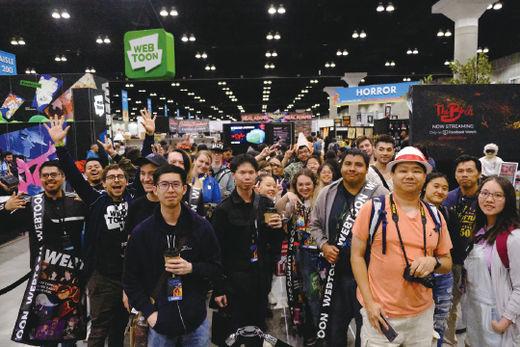 미국 웹툰 팬들이 지난해 10월 로스앤젤레스에서 열린 미국 최대 만화 축제 '코믹콘'에서 네이버 웹툰 작가들의 사인을 받기 위해 기다리고 있다.(/네이버웹툰)