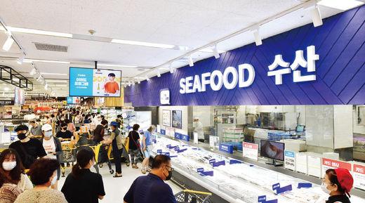 마트의 서비스 강화도 돋보였다. 월계점의 육류 및 수산물 코너에서는 고객이 원하는 대로 상품을 썰어 포장해 주는