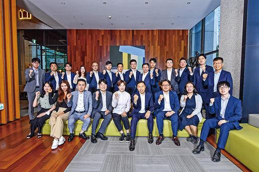 조용준(앞쪽 오른쪽 넷째) 하나금융투자 리서치센터장과 애널리스트들이 기념 촬영을 하고 있다.