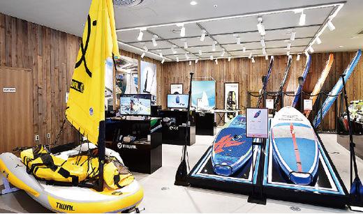 (사진) 700만원대 1인용 소형 요트 등을 판매하는 1층의 '요트존'. /이승재 기자