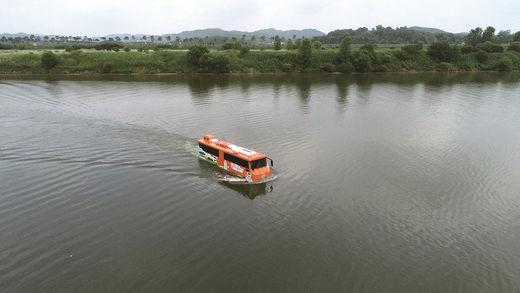 부여의 자연환경과 문화유적을 둘러볼 수 있는 수륙양용 버스.