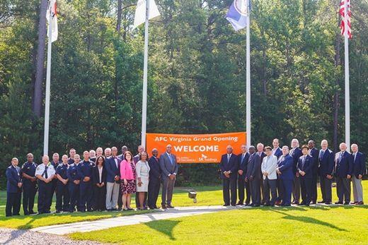 (사진) 아슬람 말릭(가운데 왼쪽) 앰팩 CEO와 임직원 등이 미국 버지니아 주 피터스버그에서 2019년 6월 17일 열린 신 생산 시설 가동식에서 기념 촬영을 하고 있다. SK(주)는 2018년 미국의 의약품 위탁 개발·생산(CDMO) 기업 앰팩을 인수했다. /SK(주) 제공