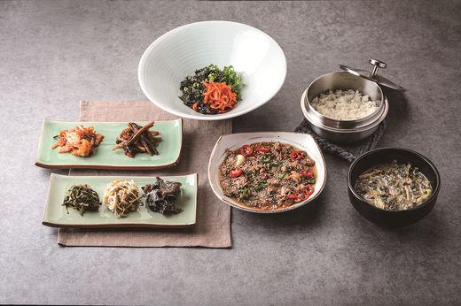 순천은 전국 꼬막 생산량 70%를 생산하는 곳으로, 별미인 꼬막장비빔밥을 즐길 수 있다.