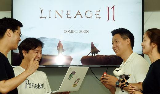 엔씨소프트 게임 개발자들이 회의를 하는 모습.