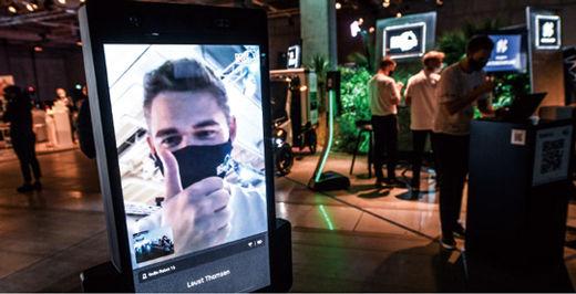 지난 9월 3일 독일 베를린에서 열린 세계 3대 가전전시회 'IFA'에서 온라인으로 참석한 방문객이 부스를 보고 있다. 올해 IFA는 코로나19 여파로 온·오프라인 병행 행사로 치러졌다./연합뉴스