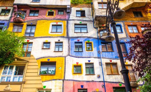 오스트리아 빈에 있는 '훈대르트바서 하우스'. 빈 출신의 세계적 화가이자 건축가인 프리덴슈라이히 훈데르트바서가 설계한 건축물이다. 빈의 관광 명소이자 랜드마크로도 불리는 이곳은 알고 보면 사회주택이다.