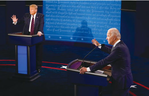 도널드 트럼프(왼쪽) 미국 대통령과 조 바이든 민주당 대선 후보가 9월 29일 미 오하이오 주 클리블랜드 케이스 리저브 웨스턴대에서 열린 대선 후보 1차 TV 토론에서 발언하고 있다./AP 연합뉴스