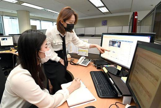 (사진)금융투자협회 K-OTC부 직원들이 K-OTC 홈페이지를 점검하고 있다. /금융투자협회 제공