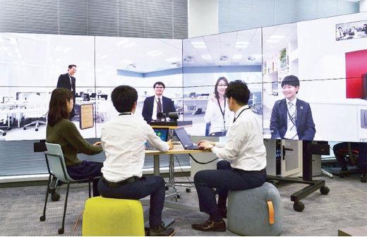 NEC넷시스아이 직원들이 자사의 재택근무 시스템을 활용해 화상회의를 하고 있다./NEC넷시스아이