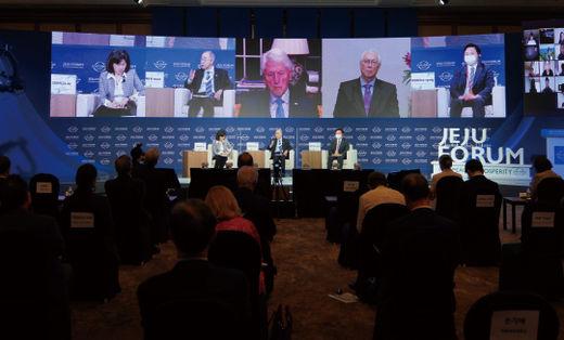 제15회 제주포럼에 참석한 연사들. 화면 왼쪽부터 손지애 이화여대 교수, 반기문 전 유엔사무총장, 빌 클린턴 전 미국 대통령, 고촉통 전 싱가포르 총리, 원희룡 제주특별자치도지사.