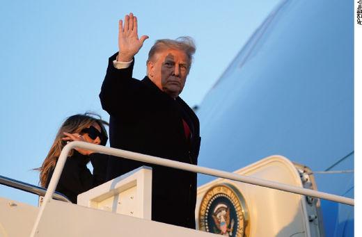 2020년 12월 23일(현지시간) 플로리다로 떠나는 전용기 에어포스원에 탑승하면서 손을 흔들고 있는 도널드 트럼프 미국 대통령./AP연합뉴스