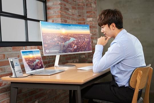 삼성전자, CES 2018서 'QLED 커브드 모니터' 공개