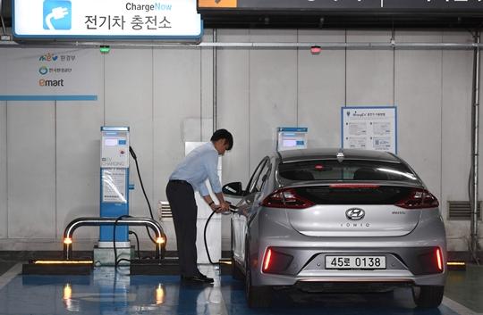 """""""전기차 고객 잡아라""""…충전소로 변신 중인 대형마트"""
